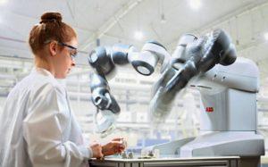 Braccia robotiche al servizio dell'uomo. Robot della ABB. Close-up Engineering