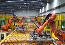 Bracci robotici, robot industriali lavorano al posto dell'uomo. Close-up Engineering