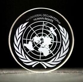 Dichiarazione universale dei diritti umani, stampata su chip a 5D. Close-up Engineering