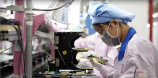 Foxconn sostituisce operai con robot. Close-up Engineering