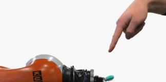 Il robot Kuka testato per vedere la sua reazione al dolore. Close-up Engineering