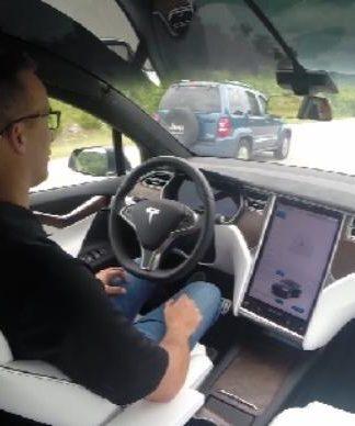 Joshua Neally a bordo della sua Tesla Model X. Close-up Engineering