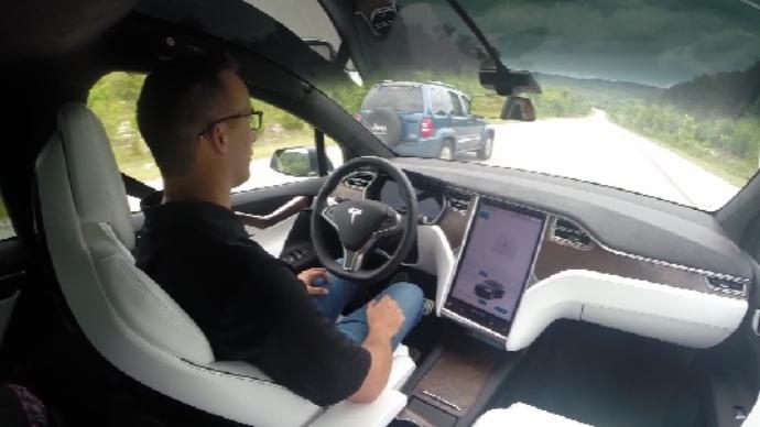 Joshua Neally a bordo della sua Tesla Model X. Close-up Engineering